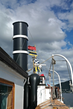 Skorstein og festpynta båt