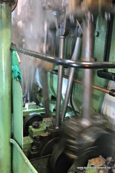 og ein kikk nede under dekk der maskina jobbar
