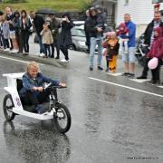Med sykkeldelar og store hjul gjekk det fort i bakken, heldigvis ingen velt...