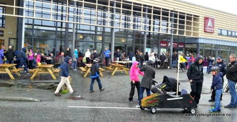 Folk trekker innomhus i regnveret for premieutdeling
