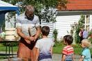 Bøkker Jostein Gangstø hjelper quizdeltakarar