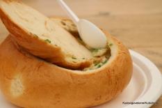 Fiskesuppe med klippfisk og poteter servert lekkert i stort brød
