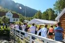 Mange fann vegen til Engevik gaard denne dagen, som viste seg å verte årets varmaste