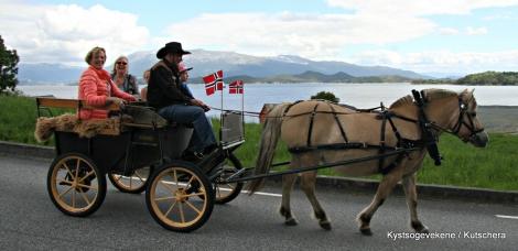 Hesteskyss frå sjøen og opp til kyrkja og Seløystova