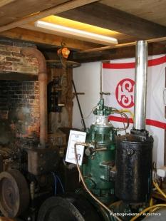 Motorar inne i eine huset, kystlaget har lokaler ovanpå