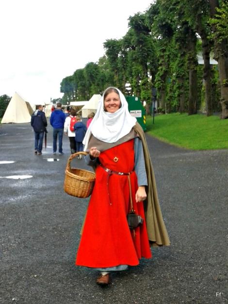Middelalderkvinne på vandring på marknaden