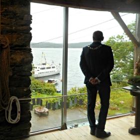 Ordførar Nils Marton Ådland opna utstillinga i Galleri Rustica, her står han og ser utsikten mot kaien med Vestag og Oster