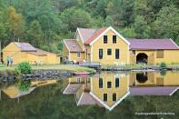 Sellevåg treskofabrikk godt plassert i ei stille bukt i Brandangersundet, like ved leia, vatn med høgdefall nok til å kraft, nær skog med råvarer, og tilgjengeleg kommunikasjon til salsmarknaden i nord og sør