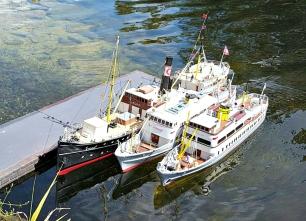 Fjordabåta miniatyr på vatnet