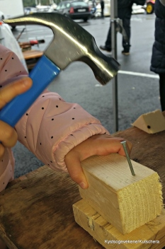 Små hender som skapar eigne båtmodeller
