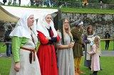 Både middelalderfolk og publikum følger spent med