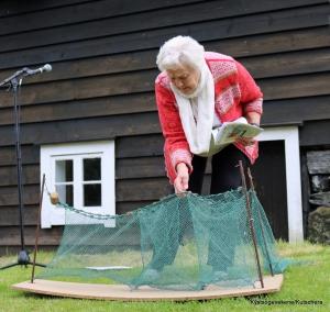 Berit Kvalvik fortalte om laksefiske med not, og hadde med seg ein liten modell som viste nota