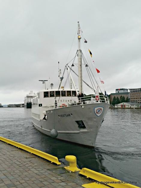Avstiging på Strandkaien, før Vestgar sette kursen for heimehamna i Solsvik
