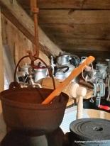Kaffikanner og utstyr frå tida då bygningen vart nytta som bedehus