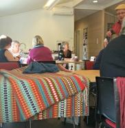 Husflid, handverk, kaffi, stompekaker og ikkje minst prat med folk med felles interesser - ein hyggeleg dag