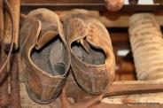 Velbrukte sko ved skomakeren sitt utstyr