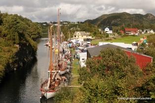 Flott med båtar i kanalen