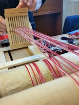Veving av roggeband, det trengs 12 -15 meter med ferdig vevd band for å få til ei skikkeleg rogge