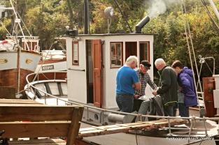 Prat og diskusjon ombord i ein av båtane